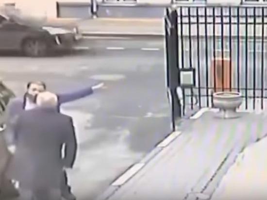 Появилось видео зверского избиения генерала в отставке в Москве