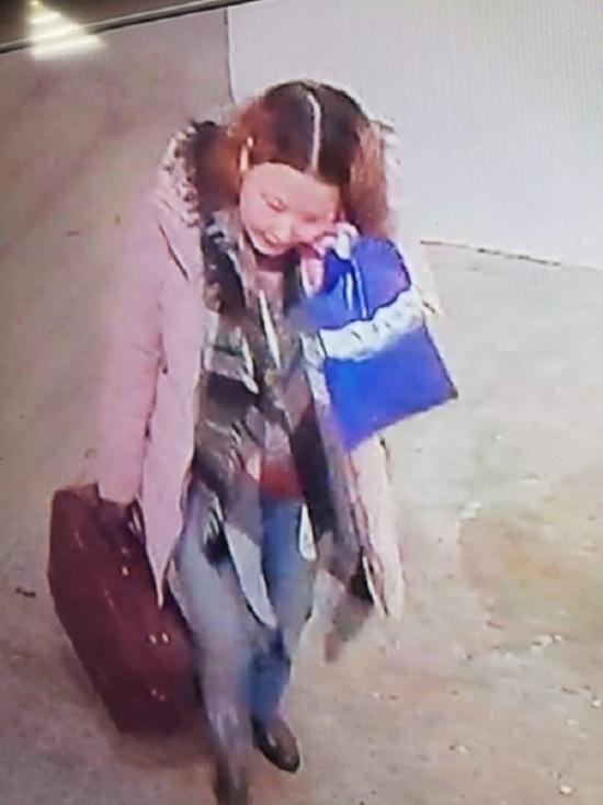 В Новом Уренгое взрослая женщина украла у девочки пуховик
