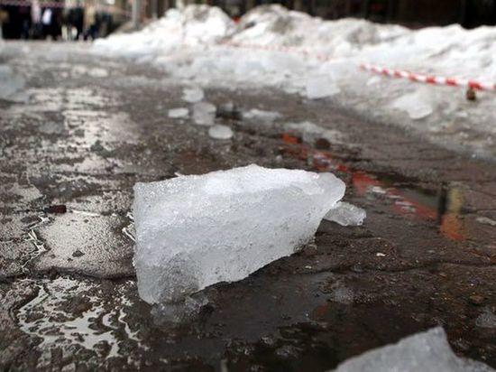 В Воронеже на прохожего рухнула ледяная глыба