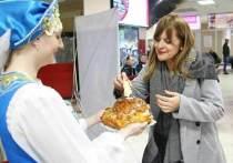 Утренние пассажиры ханты-мансийского аэропорта были обрадованы неожиданным концертом девичьего хора и угощеньями