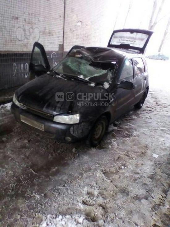 Упавшая снежная глыба в Ульяновске раздавила автомобиль