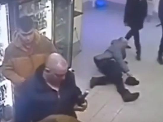 Девушка вырубила мужика. Отправила в нокаут ударом в челюсть.  ( видео )