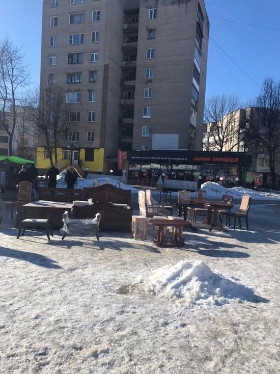 В Смоленске в центре города прямо с земли торгуют мебелью