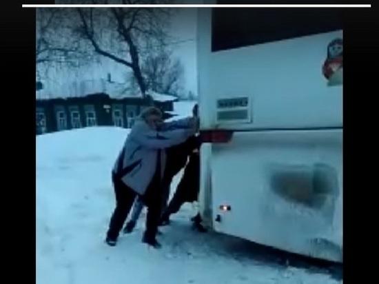 Застрявший в снегу автобус откапывали на Димитровградском автовокзале