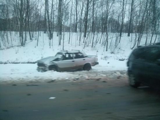 На Верхнем Волоке в Смоленске Жигули при аварии вынесло на обочину