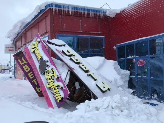 Из-за снегопада в Ноябрьске обрушился рекламный баннер