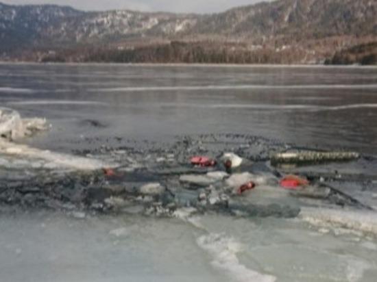 Автомобиль с людьми провалился под лед Телецкого озера
