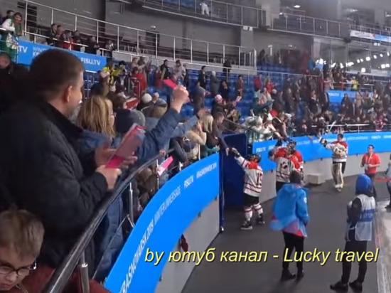 Красноярский болельщик отобрал клюшку у канадского хоккеиста