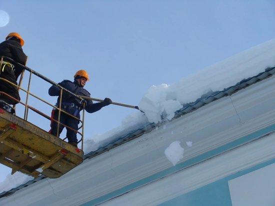 Ульяновские рабочие застряли на автовышке во время очистки крыш