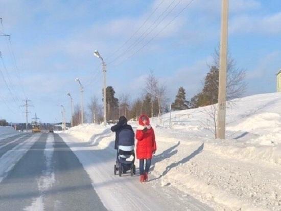 В Ноябрьске семьи с малышами вынуждены ходить по дороге из-за заметенных тротуаров