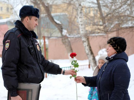 В Мордовии участковые пришли к женщинам с цветами