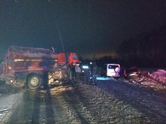 КамАЗ дорожников врезался в микроавтобус в Чувашии, есть пострадавший