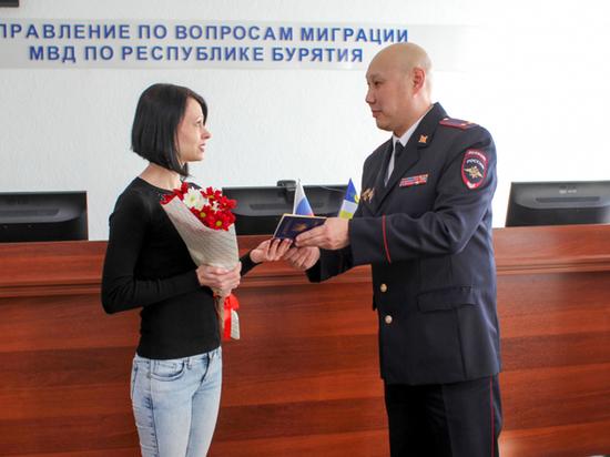Полицейские в Бурятии поздравили с 8 марта уроженку воюющего Луганска
