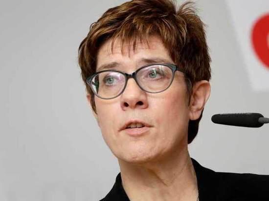 Преемница Меркель обидела «третий пол»: «Не могут решить, как им мочиться»