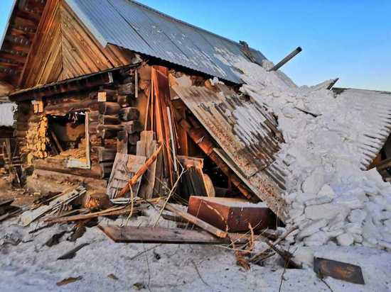Взорвавшийся баллон с газом разнес дом в алтайском селе