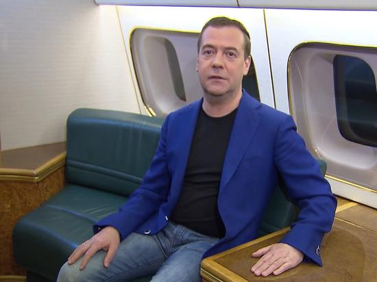 Медведев записал россиянкам видеопоздравление на борту самолета