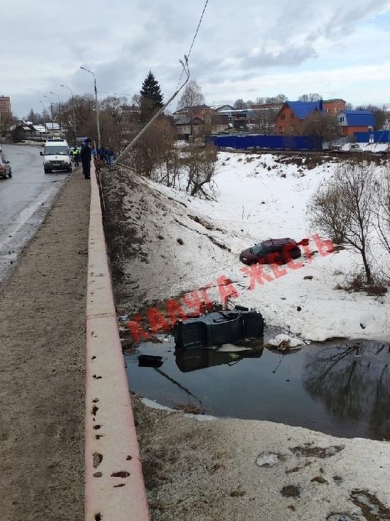 Две иномарки вылетели в реку с моста после ДТП в Калуге