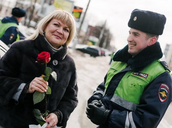 Перед праздником автоинспекторы дарили ивановским «автоледи» цветы