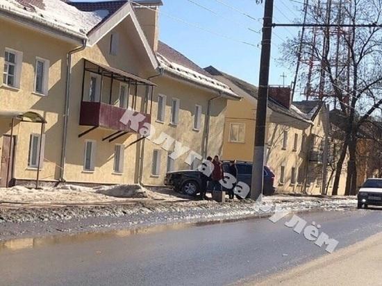 Машина чуть не влетела в окна жилого дома после тройного ДТП в Калуге
