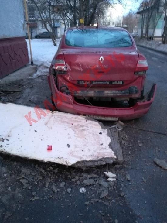 Козырек с подъезда рухнул на машину в Калуге