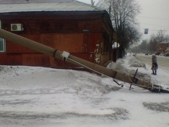 Троллейбус в Иваново свалил бетонный столб
