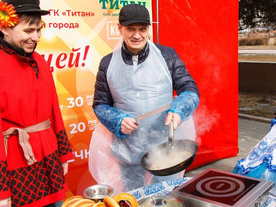 «Ноздреватый, кружеватый»: и.о. сити-менеджера Улан-Удэ стряпал на площади блины