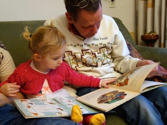 Стоит ли заниматься с малышом чтением спеленок
