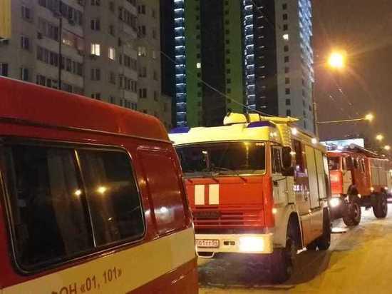 Пожарные спасли новосибирцев из горящего общежития