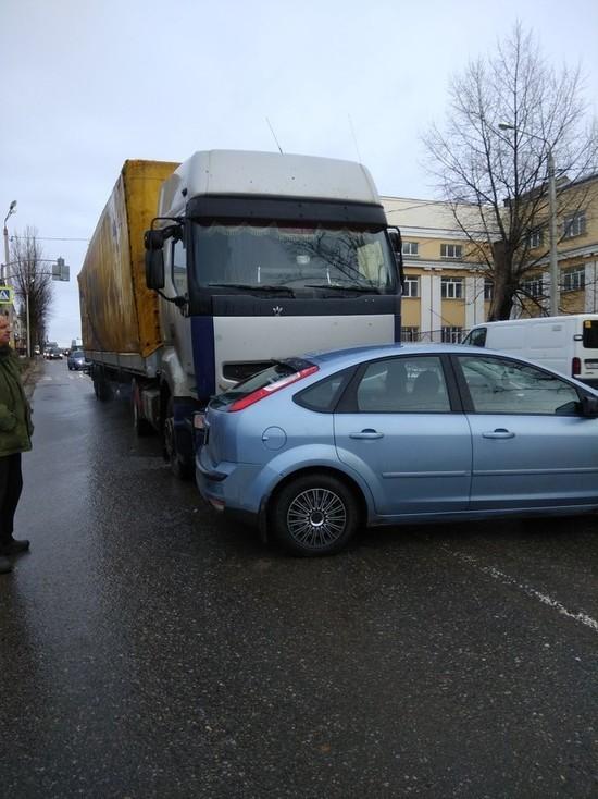 На Фрунзе в Смоленске из-за аварии с фурой возникла утренняя пробка