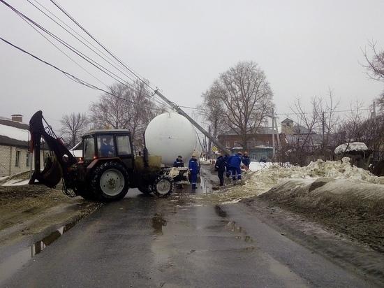 В Димитровграде на автоцистерну упал столб с проводами