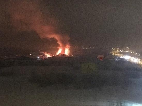 Крупный пожар в Салехарде: сгорели гаражи с имуществом