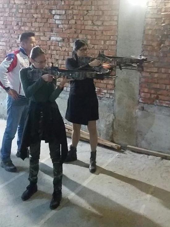 В Калмыкии девушки стреляли из арбалета