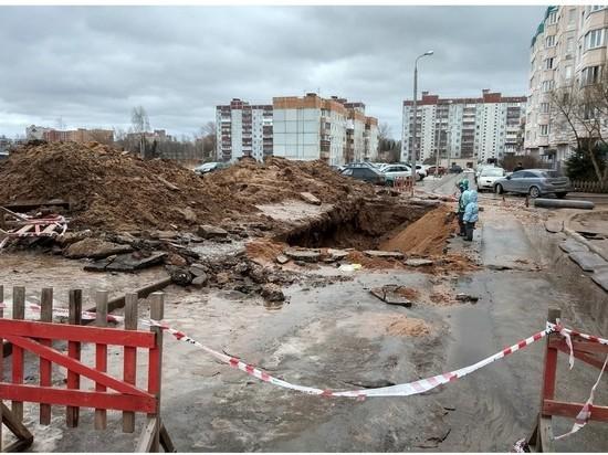 Огромную яму оставили в Пскове после ремонта сетей горводоканала
