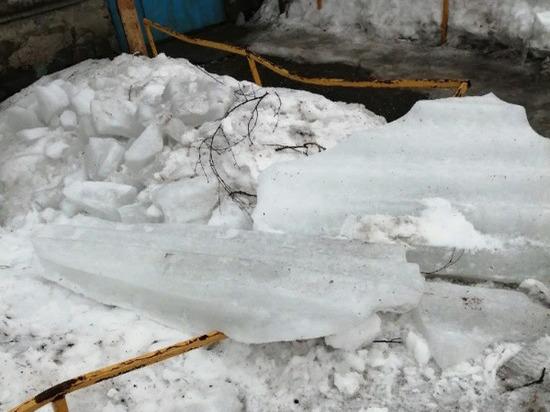 В Ульяновске упавшие с крыши ледяные глыбы временно обесточили дом