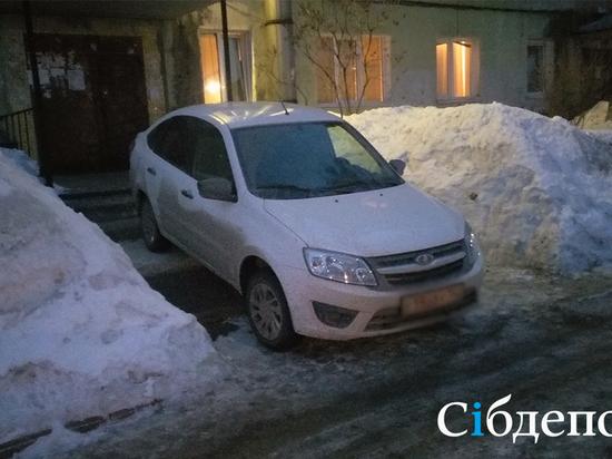 Кемеровчанин пожаловался на перегородивший вход в подъезд автомобиль