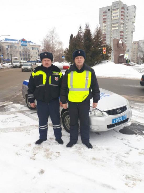 Ульяновские инспекторы ДПС помогли автовладельцу выбраться из сугроба