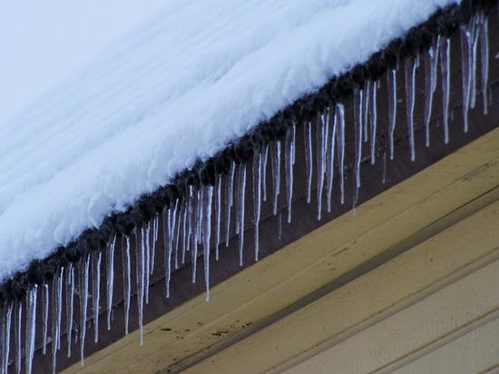 Следком выясняет обстоятельства схода снега с крыши на ребенка в Муравленко