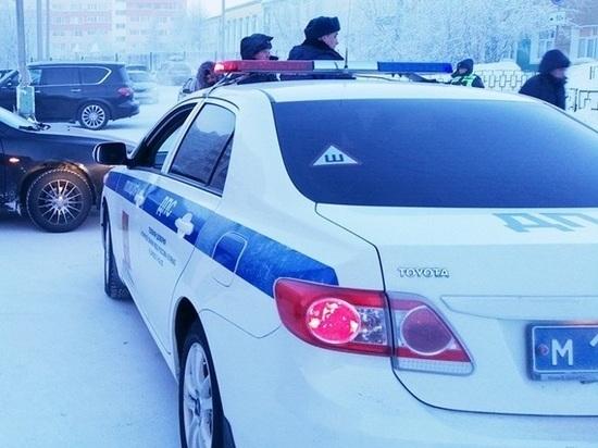В Салехарде снежные завалы закрывают обзор водителям и пешеходам