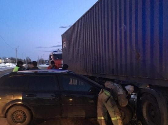 В Калуге иномарка влетела в припаркованный грузовик