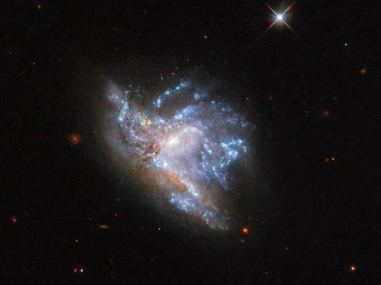 NASA опубликовало завораживающий снимок столкновения галактик