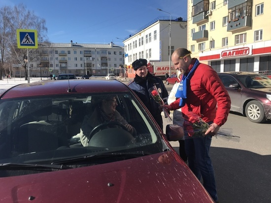 Сотрудники ГИБДД провели акцию «Цветы для автоледи»