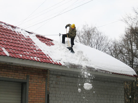 Кировэнерго призывает своевременно расчищать крыши от снега и льда