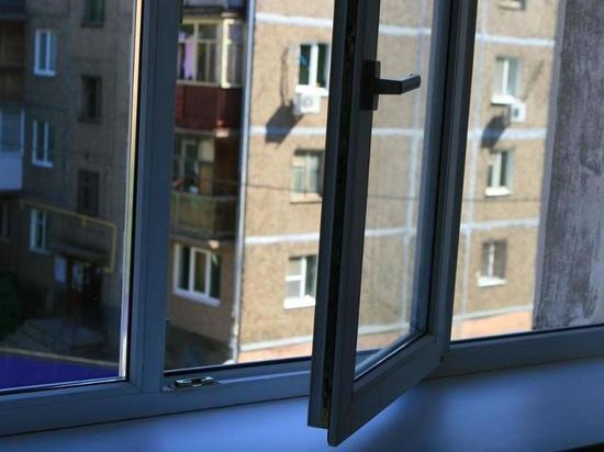 В Краснодаре из окна выпала женщина с ребёнком
