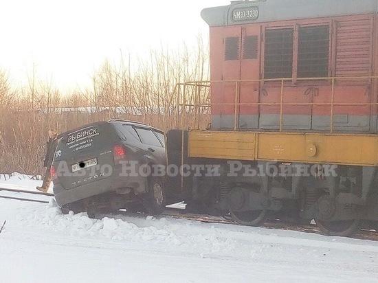 Товарный поезд в Рыбинске чуть не размазал иномарку по рельсам