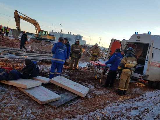 Рабочих стройплощадки в Калуге засыпало в траншее