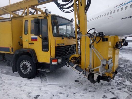 В самолет «Ямала» с пассажирами врезался спецгрузовик
