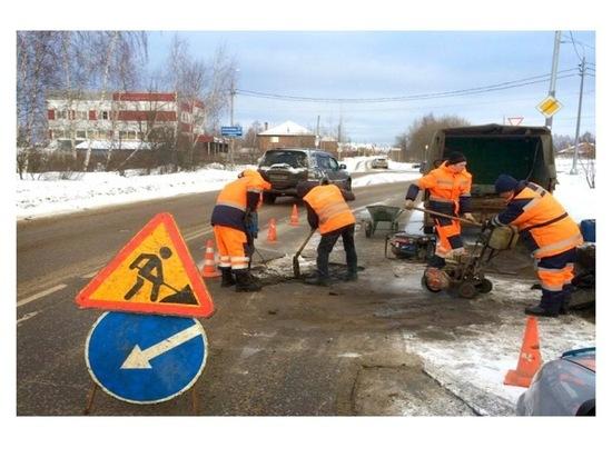 В Серпухове рабочие проводят ямочный ремонт дорог