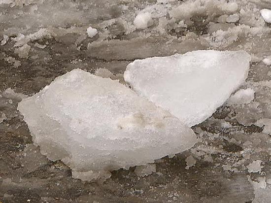 Глыба льда упала с крыши в Иркутске на ребенка