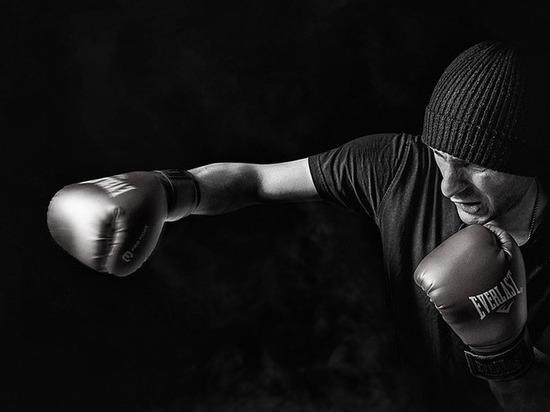 Боксер на отказ познакомиться дал пинка женщине в ночном клубе Барнаула