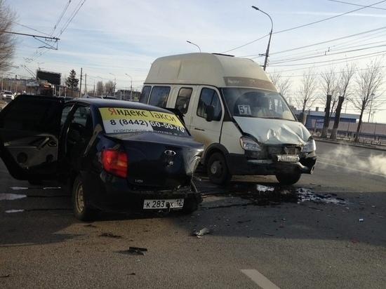 В центре Волгограда такси протаранило маршрутку – есть пострадавшие